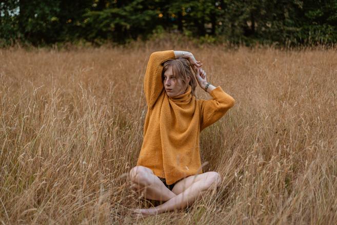 Creatief portret Lisa in veld