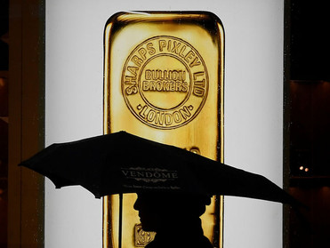 الذهب ليس سعيداً بلقاحات كورونا، ولكن هذا ينعشه قليلًا