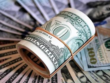 الدولار يرتفع أمام العملات الكبرى قبيل شهادة رئيس الفيدرالي