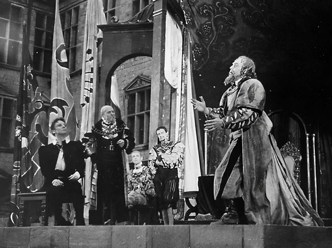 Marius Goring as First Player with John Gielgud as Hamlet in Hamlet 1939 at Elsinore