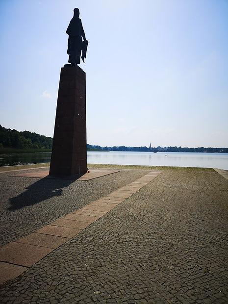 """Равенсбрюк. Стела """"Неущая"""" на берегу озера Шведзее со стороны мемориала."""
