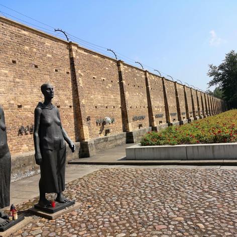 """Равенсбрюк. Скульптура """"Две женщины"""""""
