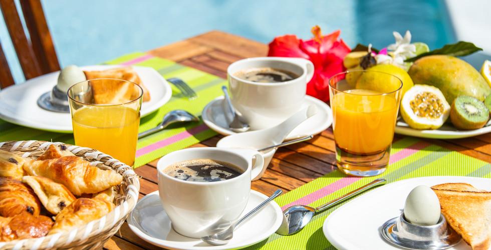 petit_dejeuner_café_croissant_fruit_oe