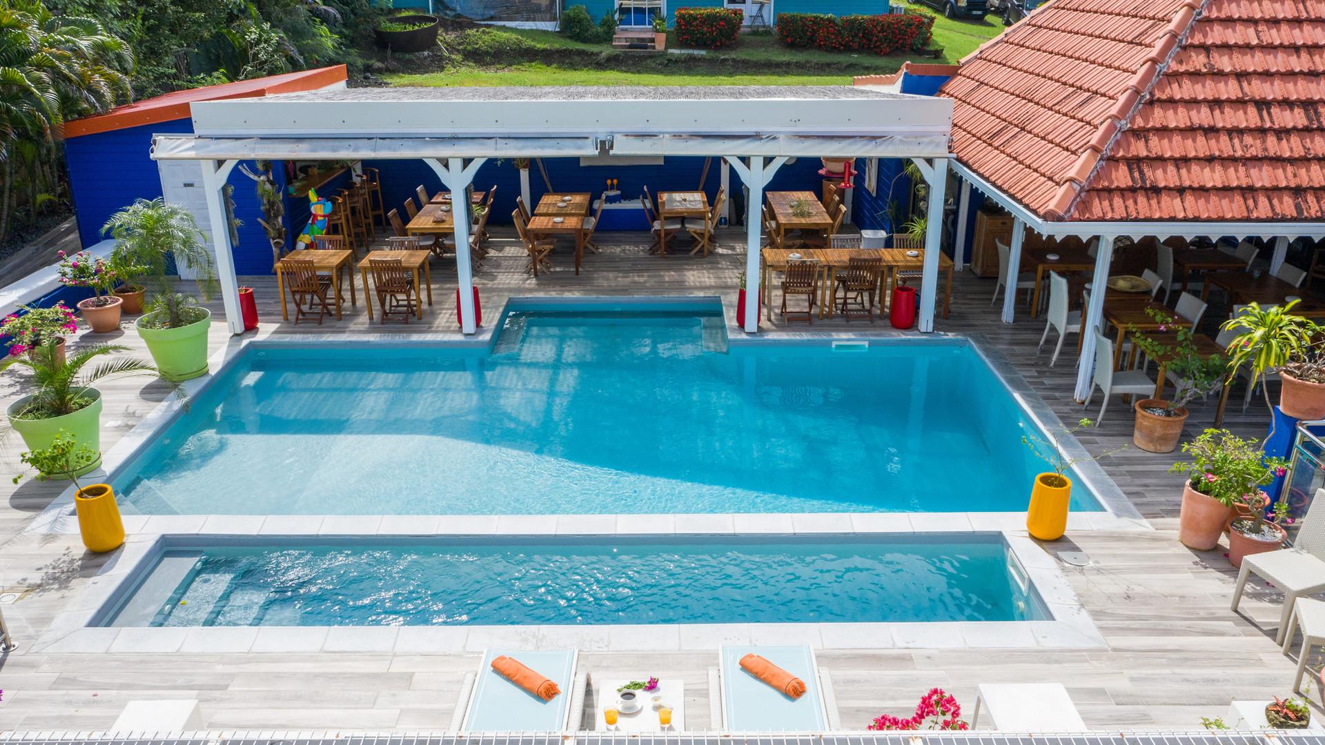 vista aerea del drone dell'hotel della fregata blu