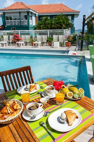 Petit déjeuner les pieds dans l'eau Hôtel Frégate Bleue Martinique