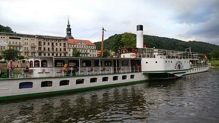 Dampfschiff Dresden vor dem 5* Hotel Elbresidnz an der Therme