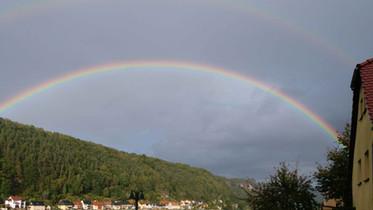 Regenbogen über der Elbe