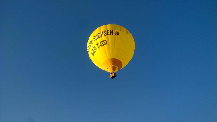 Ballon über der Terrasse der Elbaussicht