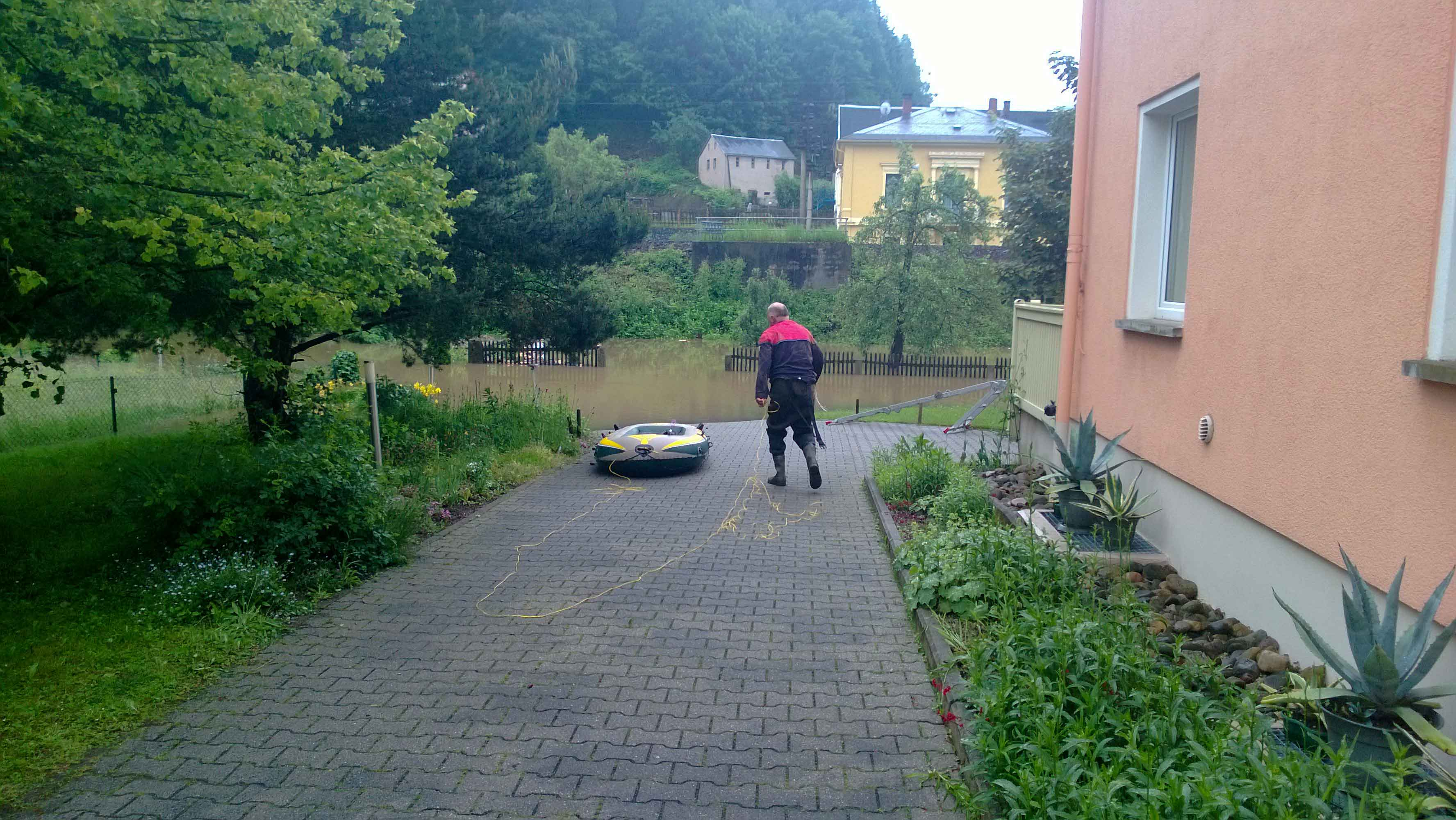 Hochwasser 2013 - Das Fluchtfahrzeug der Elbaussicht wird vorbereitet