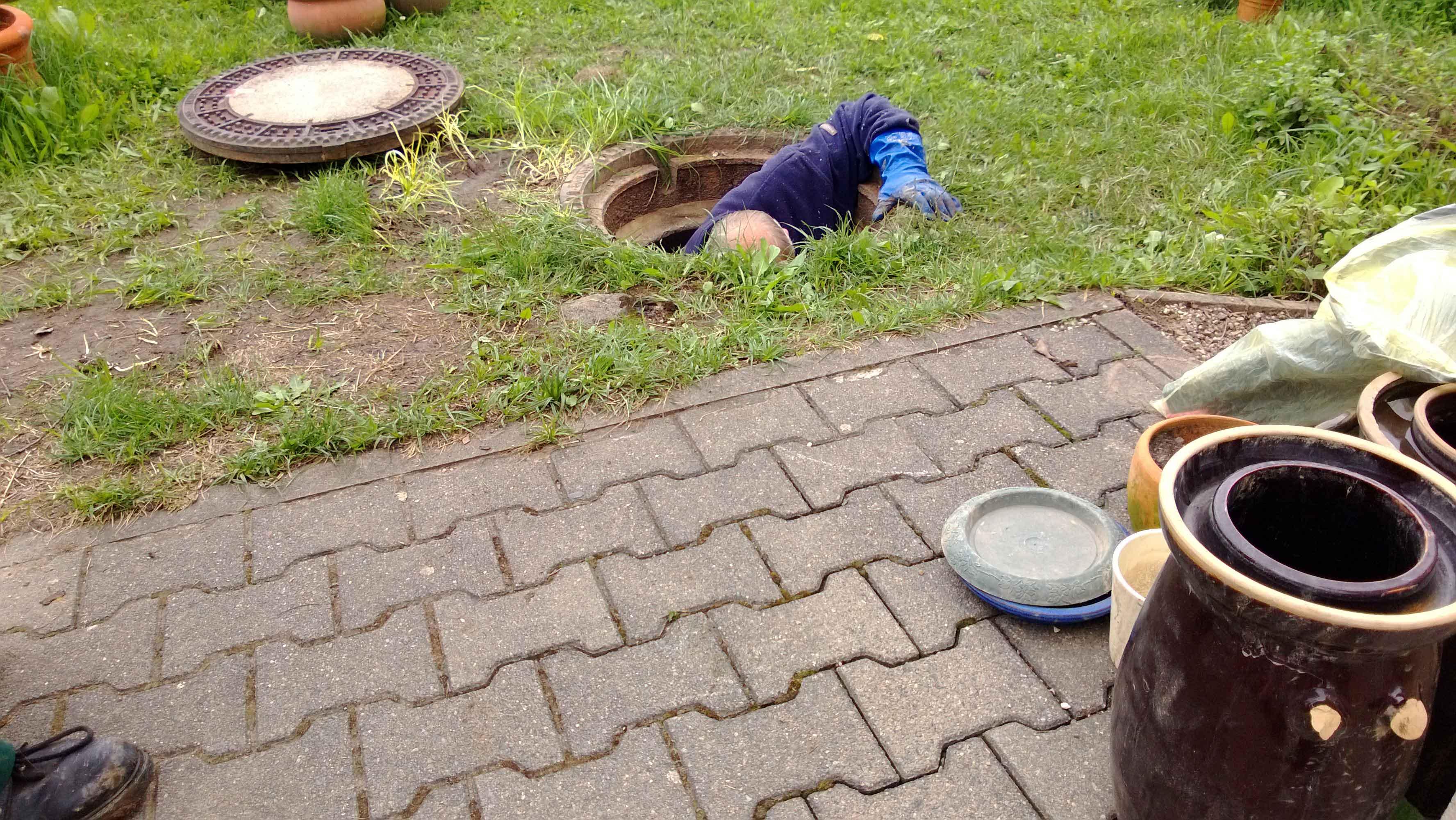 Hochwasser 2013 - Der Chef verschwindet im GulIy der Elbaussicht