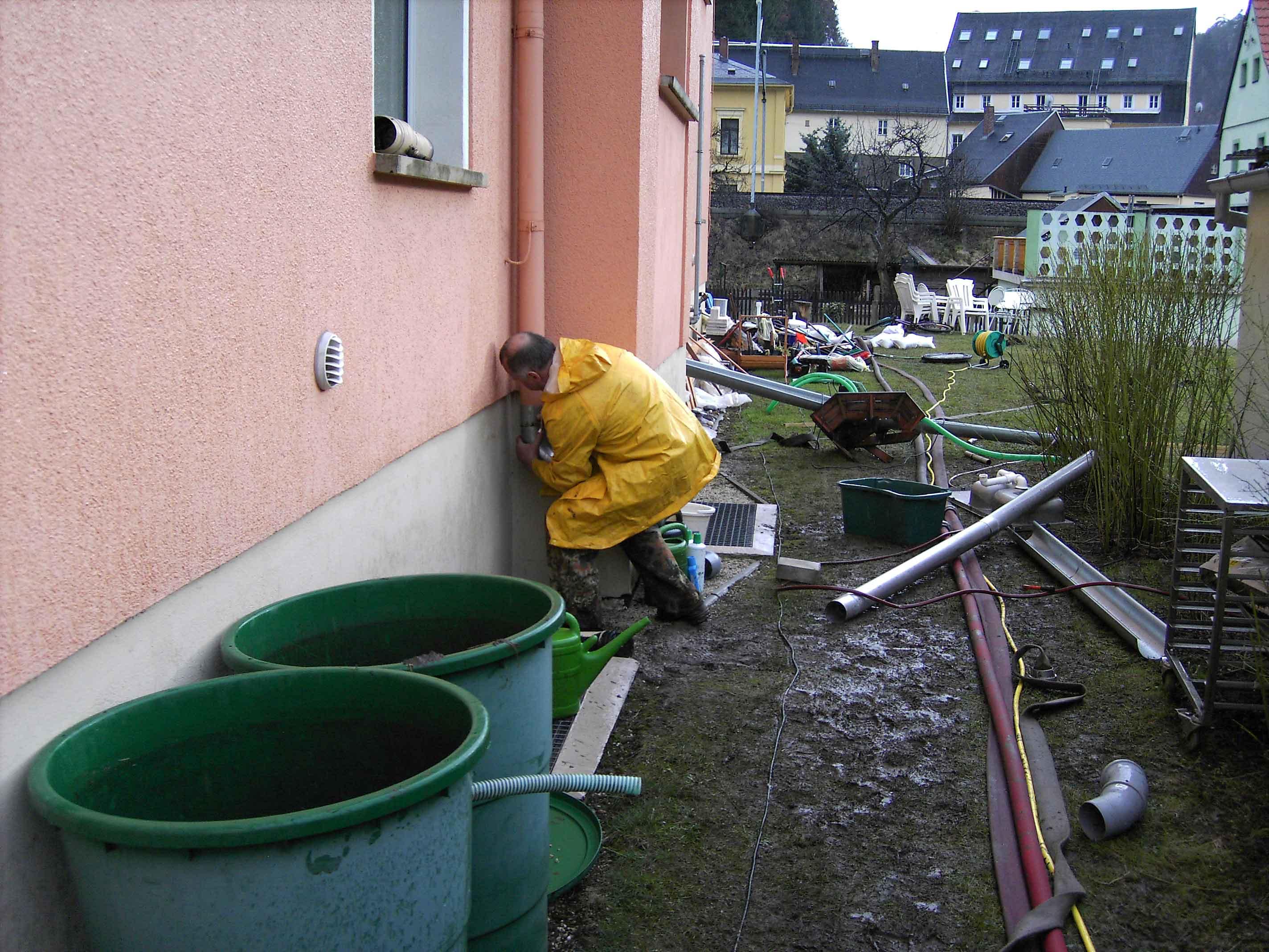 Hochwasser 2006 - Gefahrenabwehr an der Elbaussicht in Krippen