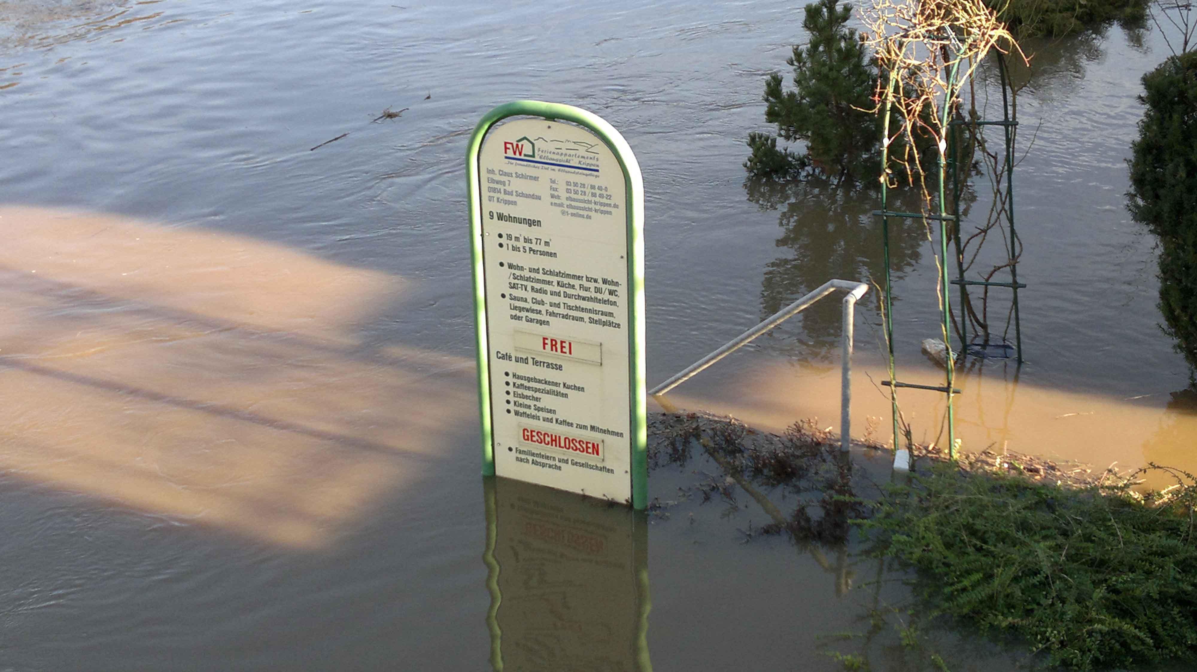 Hochwasser 2011 - Werbeschild Elbaussicht Krippen