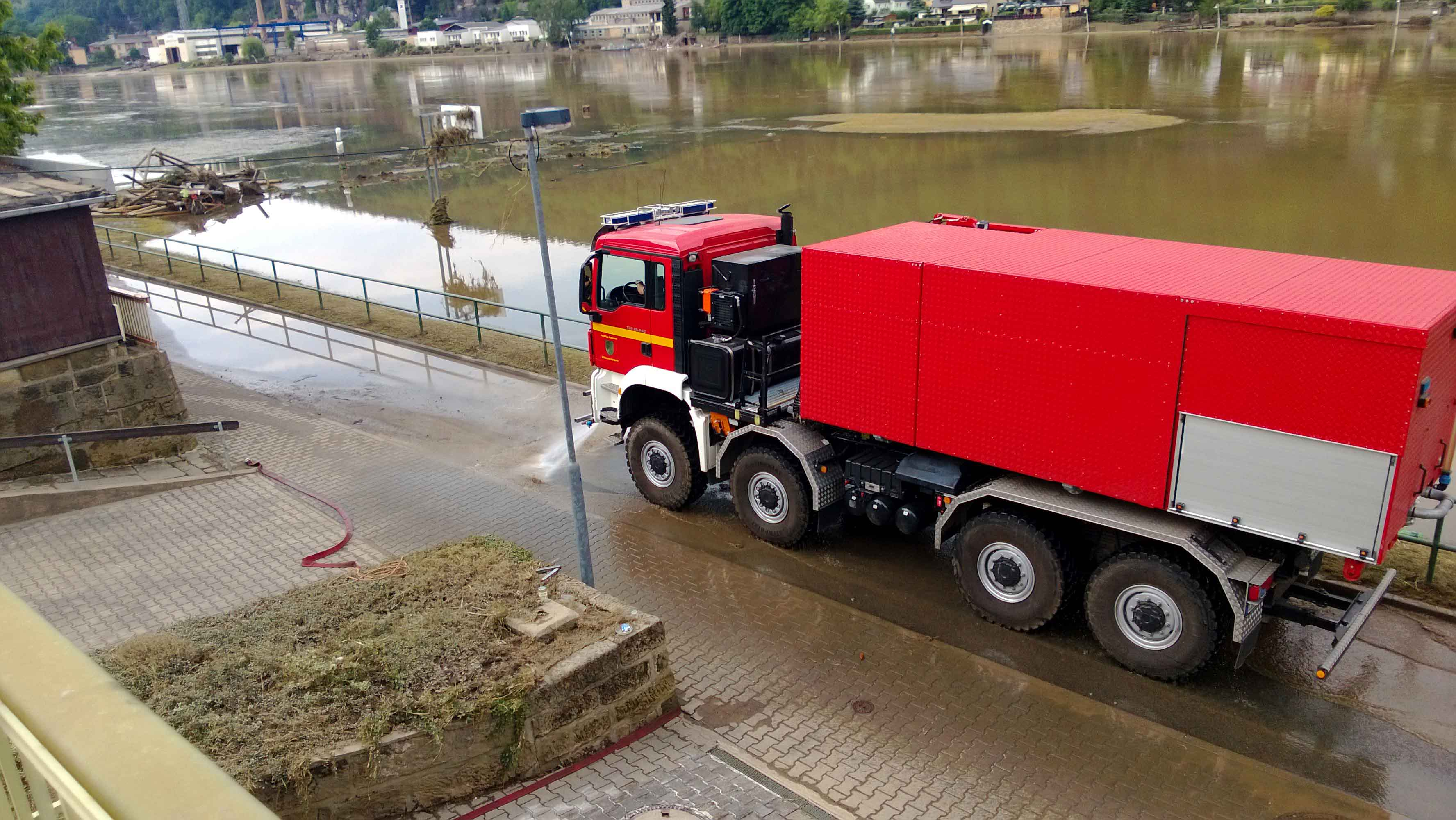 Hochwasser 2013 - Hilfe beim Aufräumen durch die Partnerfeuerwehr