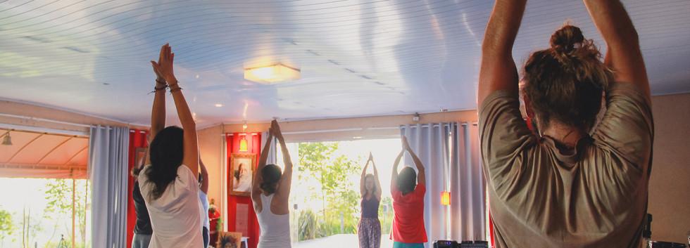 Alongamento e Prática de Posturas do Yoga Integral