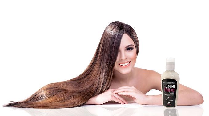 Mujer con Cabello Largo contenta con Shampoo Hermoso Remedio for Women para mujer