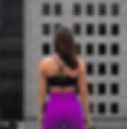 Fit jeune fille debout sur le toit