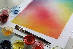 L'art-thérapie convient aux adultes qui veulent effectuer un travail de développement personnel et de connaissance de soi. La peinture sur papier mouillé proposée par l'atelier Bulle de couleurs ne nécessite aucun aptitude particulière.