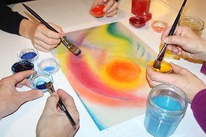 La peinture relationnelle est une expérience de groupe particulièrement riche. Elle peut se faire en famille (dans le cadre de thérapies familiales ou non), entre amis, en équipe de travail... Elle se pratique à l'atelier Bulle de couleurs mais peut s'envisager dans un autre lieu.