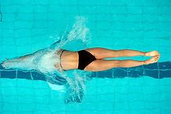Buceo femenino en la piscina