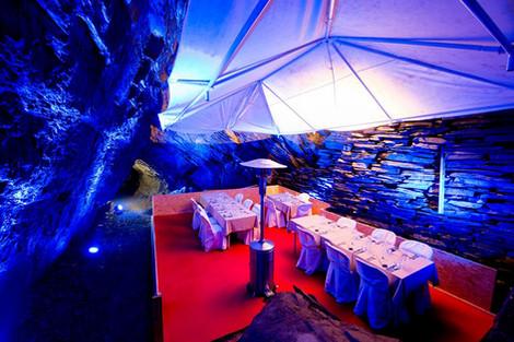 Habillage d'un espace atypique 25 mètres sous terre pour dîner événement