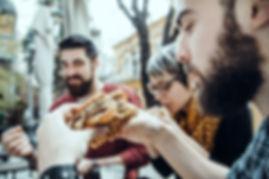 Amigos en el restaurante de comida rápid