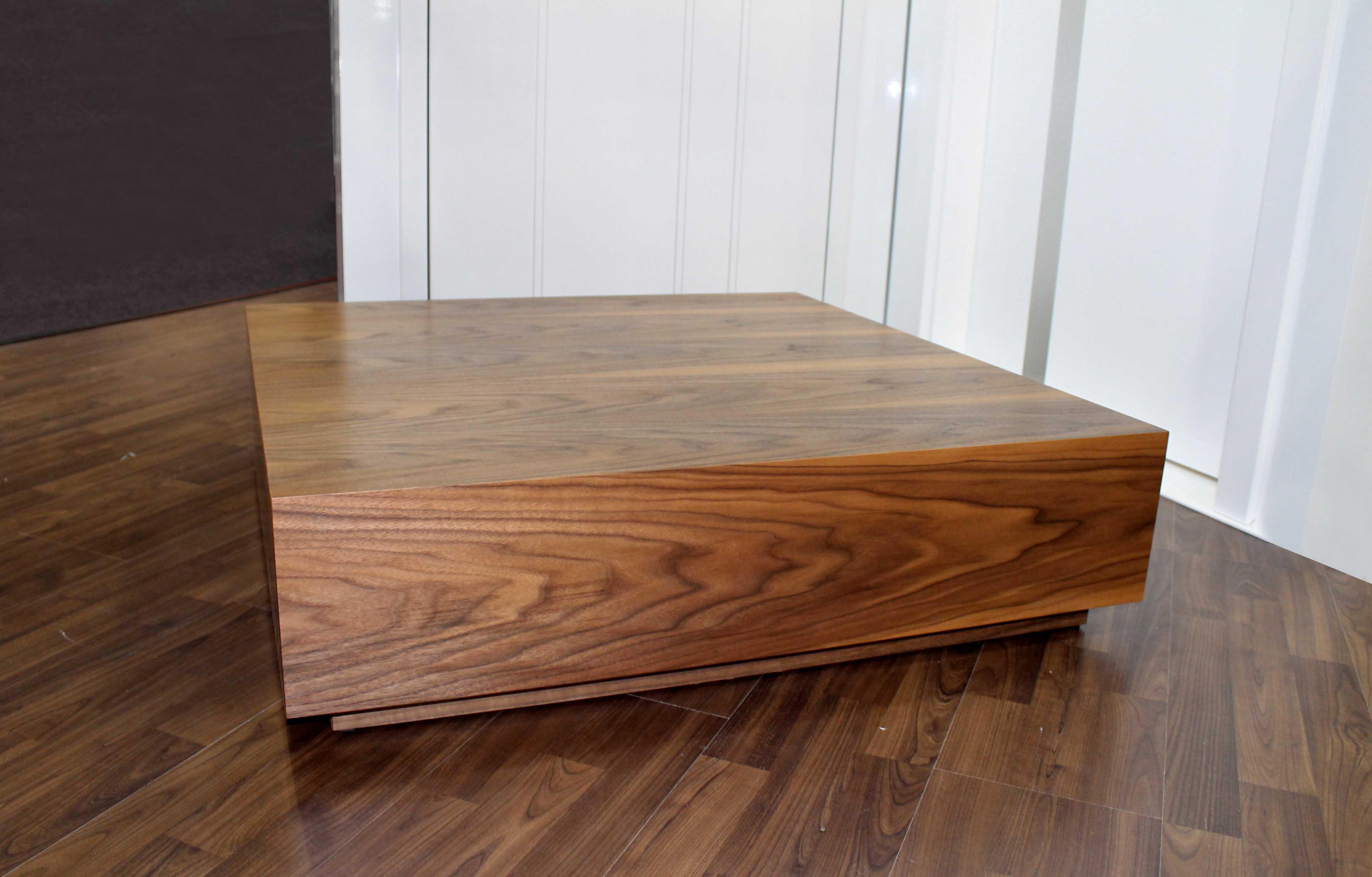 Konferenční stolek NUX.