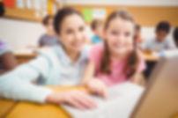 Professora e Aluna com Tecnologias