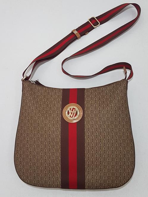 554503025 Bolsa em couro, cor marrom ,com estampa monograma, alça longa ajustável,  fechamento por zíper, ferragens douradas. Medidas: altura 28cm, comprimento  32cm.