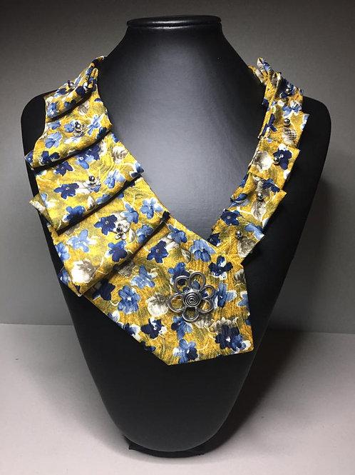 Kravatte bestickt mit Perlen und einer Magnetbrosche