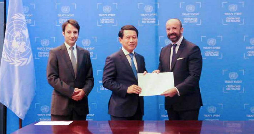 Mr Saleumxay Kommasith presents letters from the government confirming membership of the United Nations Convention on Contracts for International Sales of Goods and the Treaty on the Prohibition of Nuclear Weapons.