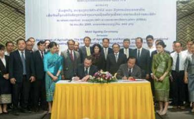 Mr Alexandre Dahan and Mr Vilaysouk Khennavong sign the Memorandum of Understanding on Wednesday
