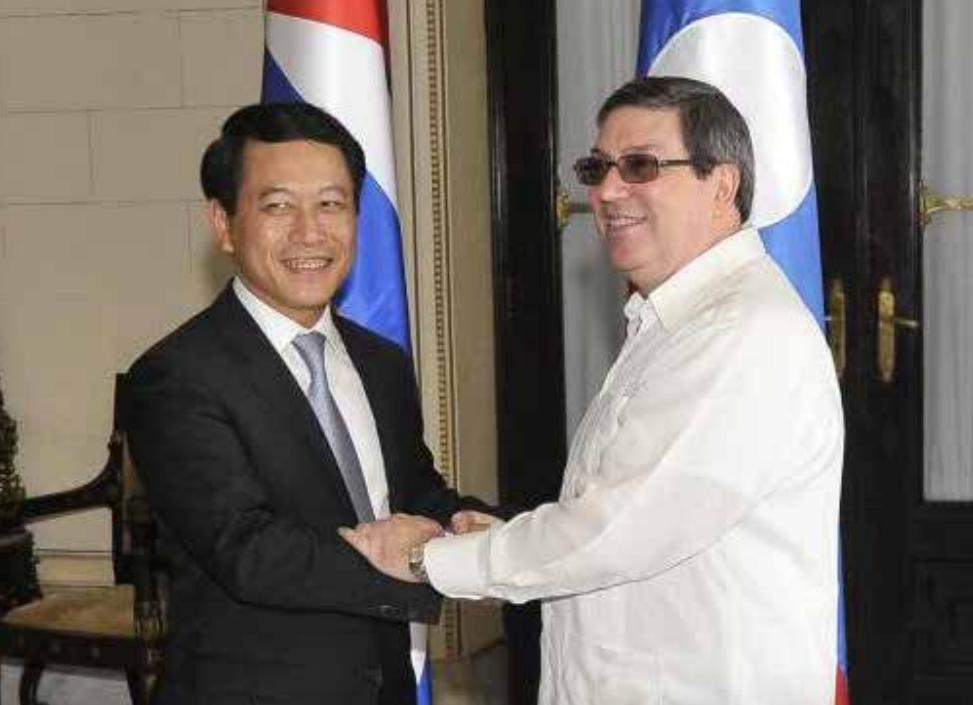 Foreign minister Saleumxay Kommasith (left) meets his Cuban counterpart Bruno Rodriguez Parrilla in Havana.  --Photo Press Department
