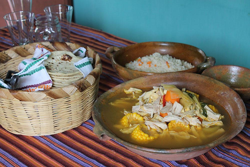 Hühnerbrühe_Suppe_tradition_guatemala_rezept_gemuese_mais_reis_torillas_karrotte