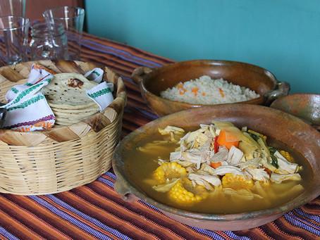 Tradition-Suppe mit Gemüse und Hähnchen