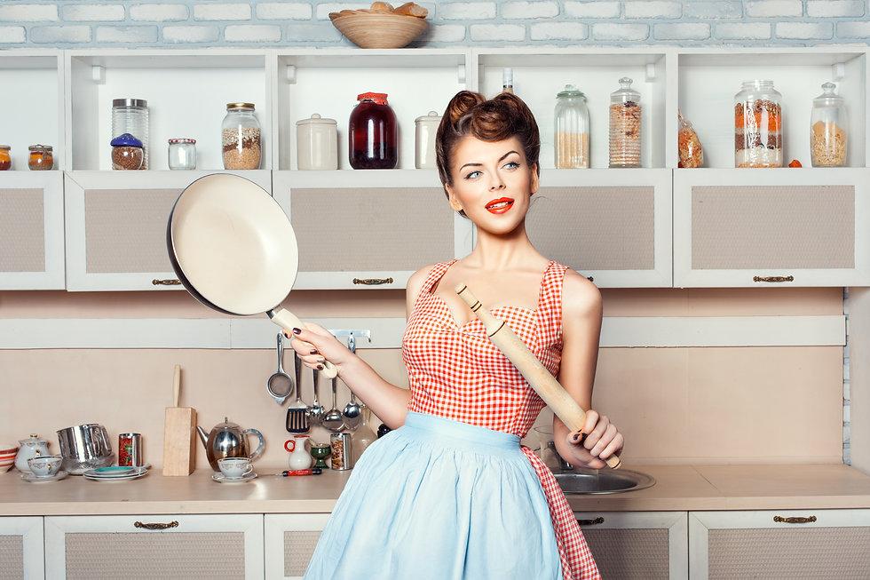 zufriedene Hausfrau | Putzfrau | Haushaltshilfe | Gartenpflege