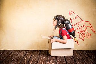 Junge sitzt im Karton | Webentwicklung |
