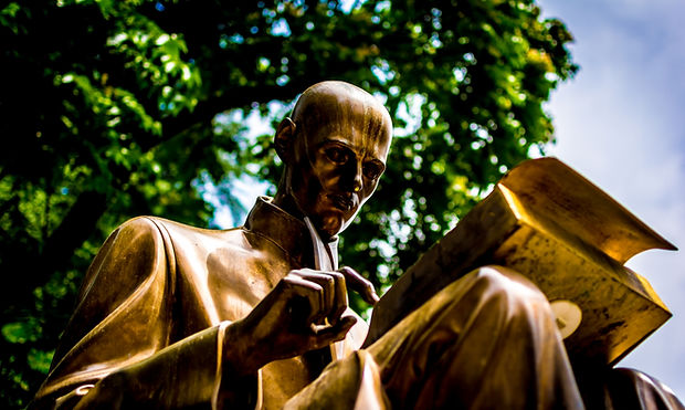reading-statue-bronze.jpg