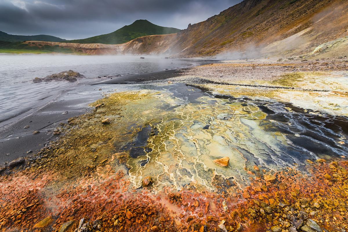 Разноцветный пляж кипящего озера