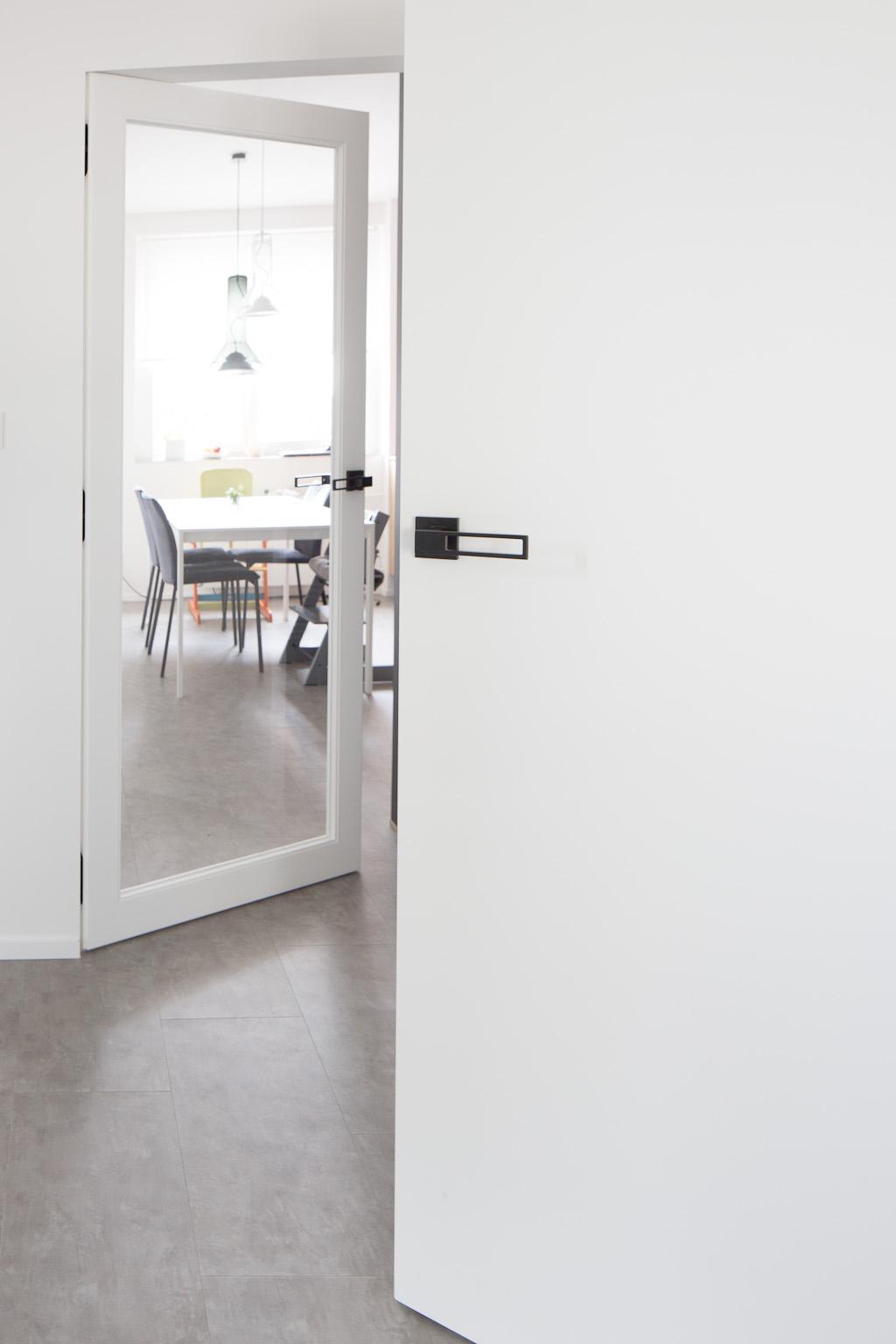 Dveře B Invisi plné a se sklem