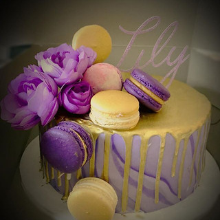 drip cake with flowers and macarons