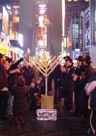 Allumage de Chanuka a Times squares par beth chabad francais et francophone, CCF NEw York