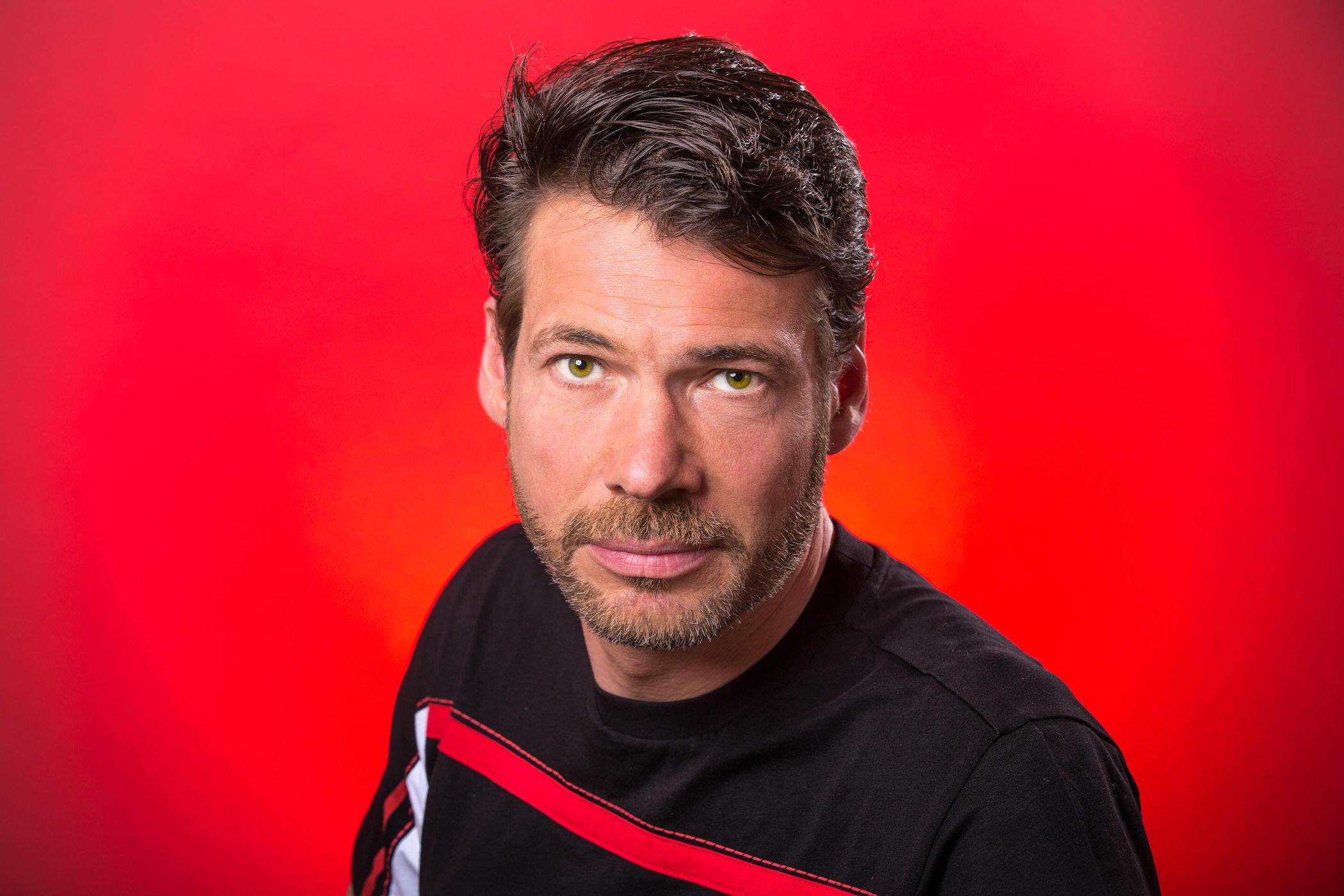 Pierre Lafleur 2016-15 (portrait fond rouge)