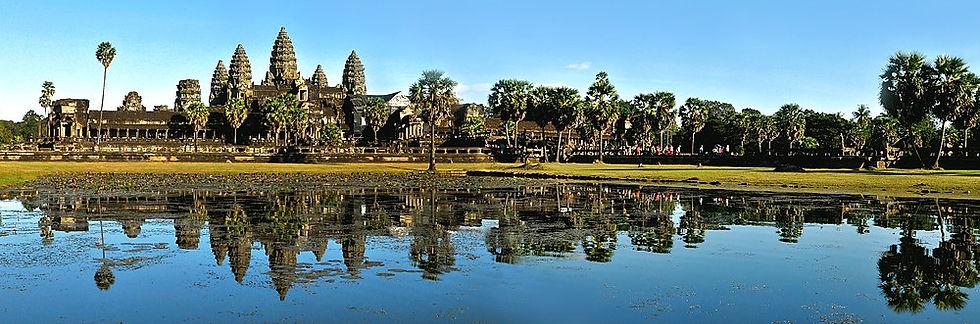 1000px-Angkor_Wat_reflejado_en_un_estanq