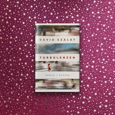 David Szalay – Turbulenzen  David Szalay hat einen kurzweiligen und spannenden Roman geschrieben.  12 Menschen reisen um die Welt, geben sich die Erzählstränge in die Hand und geraten in den jeweiligen Ländern in persönliche Turbulenzen. David Szalay ist ein guter Beobachter und souveräner Erzähler und sein Blick umfasst die weite, globalisierte Welt. Gut geeignet für Leser, die das Reisen vermissen. #David Szalay #Turbulenzen #hanserverlag #reiselektüre #buchempfehlung #reisenimkopf #fliegen #einmalumdiewelt