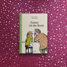 Sarah Ohlson, Jutta Bauer – Fanny ist die Beste  (Ab 7 Jahre)  Bei Familie Franssen ist Wettkampftag. Fanny und Mama treten bei den verrücktesten Disziplinen gegeneinander an und Oma gibt die nicht allzu unparteiische Schiedsrichterin.   Eine witzig und warmherzig erzählte Geschichte zum vor- und selberlesen.  #kinderbuch #famile #großeltern #fannyistdibeste #buchfürkinder