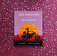 Das Mädchen auf dem Motorrad – ein zauberschönes Bilderbuch von Amy Novesky, aus dem noch jungen berliner Zuckersüß Verlag. Nur durch Zufall bin ich darauf gestoßen. Als alte Motorradfahrerin bin ich natürlich begeistert wenn die Faszination des Reisens entlang der wahren Geschichte  einer Frau erzählt wird – liebevoll illustriert von Julie Morstadt.  Anne-France Dautheville fuhr mit einem Motorrad zwischen 1972 und 1981 um die Welt. Ein Buch nicht nur für Kinder, Mädchen und Jungs, sondern auch alle großen Abenteuerinnen.