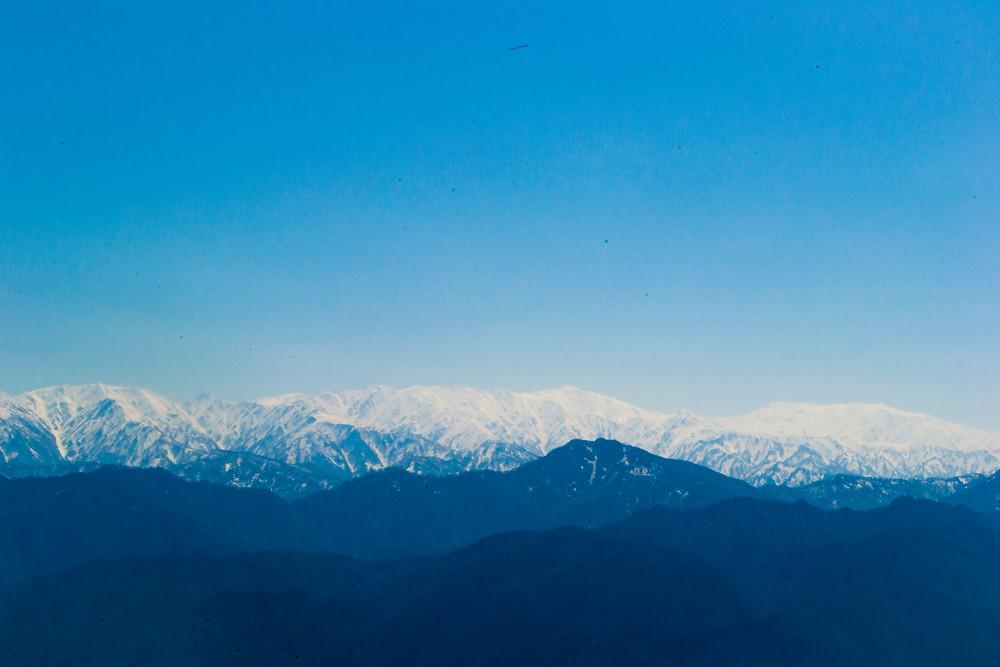 櫛形山から飯豊連峰を望む