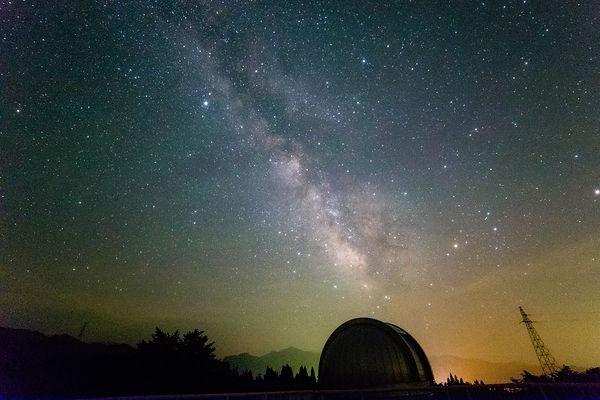 観測室ドームと天の川.jpg