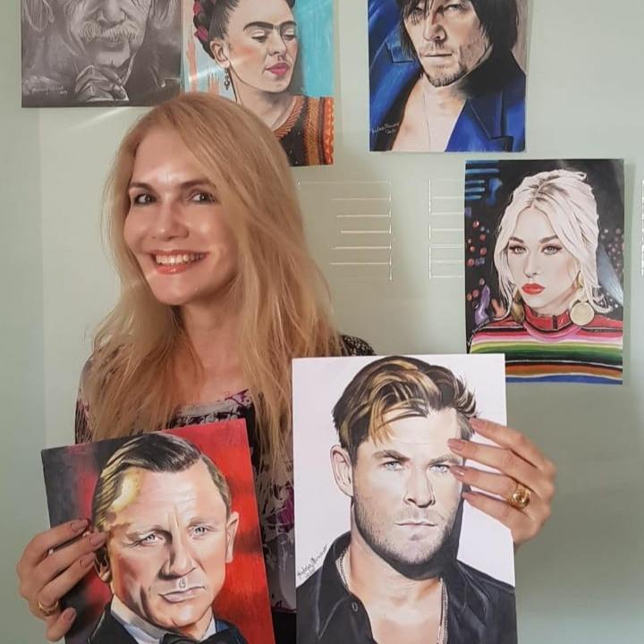 Andrea Mariano com alguns de seus desenhos