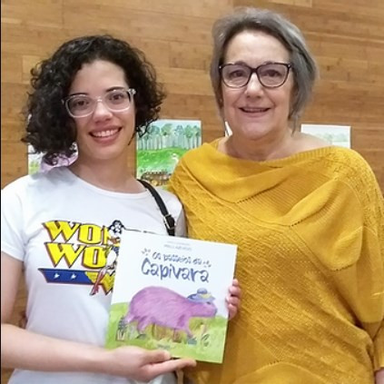 """Foto: Angélica Ribeiro junto a Malu Azevedo no lançamento de """"Os Passeios da Capivara""""."""